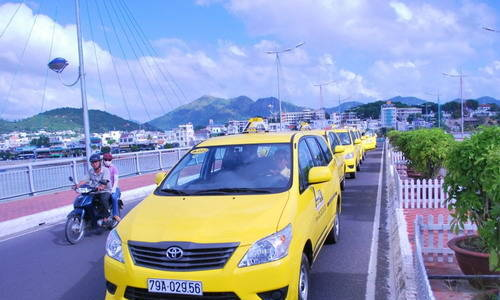 'Fake' taxi driver charges, curses foreign tourists in Vietnam's beach town