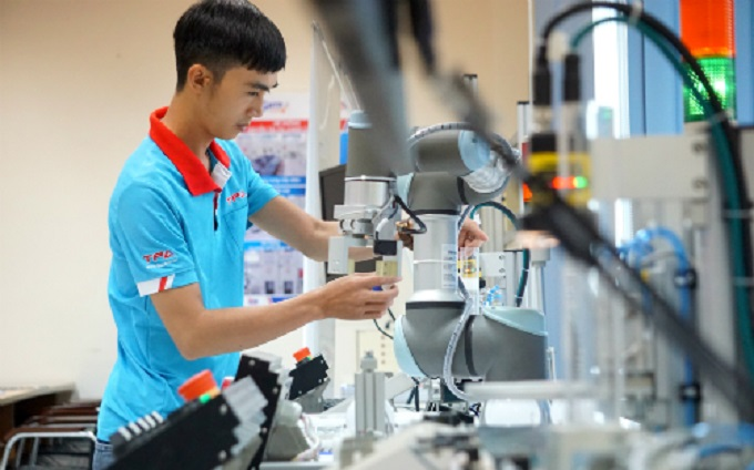 A man working on a robot at the Center for Training and Technology Transfer Vietnam - Japan in Ho Chi Minh City. Photo by VnExpress/Vien Thong