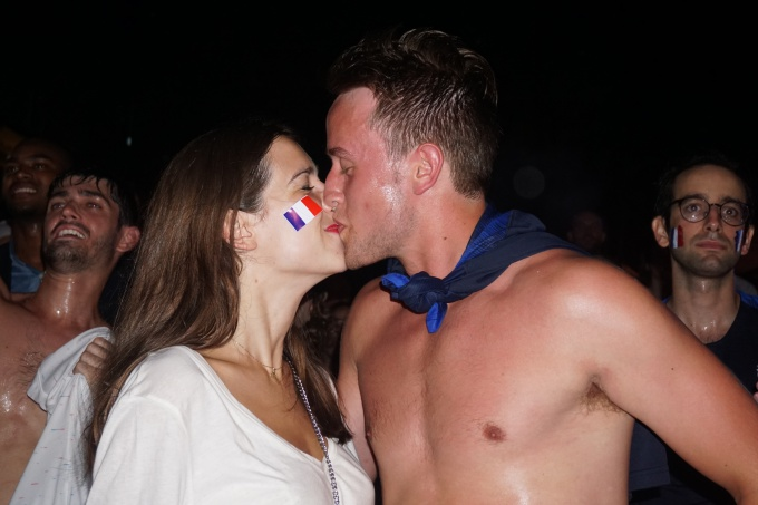 Supporters kiss in Hanoi as the final game brings France together. Photo by VnExpress/Trong Giap
