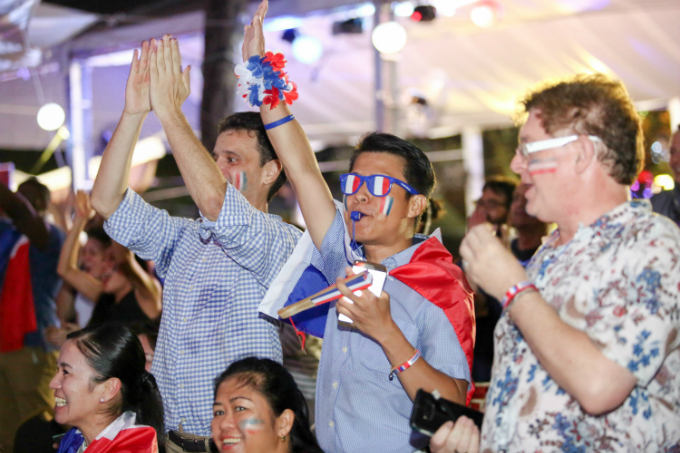 More than 300 French supporters show up at the Consulate General of France in HCMC for the game on Sunday night. Photo by VnExpress/Thanh Nguyen