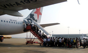 Vietnamese flight delayed after man opens emergency exit