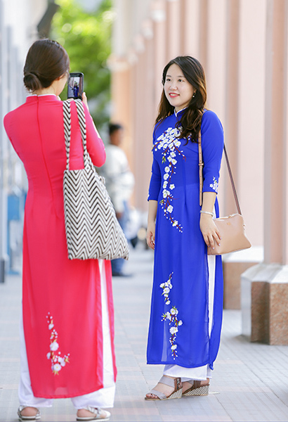 South Korean tourists wear Vietnamese traditional long dress ao dai in Da Nang City. Photo by VnExpress/Nguyen Dong