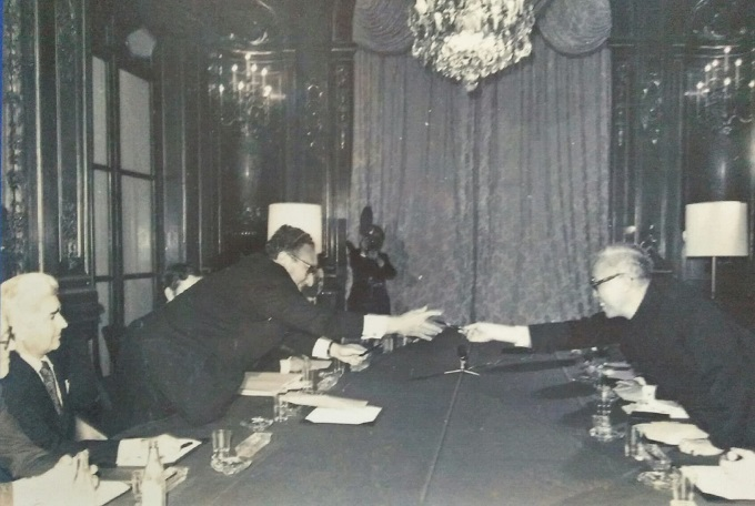 Special advisor Le Duc Tho and Henry A. Kissinger exchanged pens after initial signing of Paris Peace Accords, January 23, 1973. Photo courtesy by the Ministry of Foreign Affairs of Vietnam.