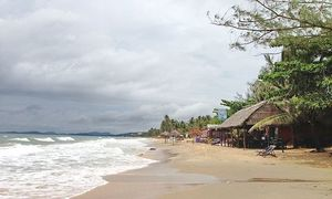 Rough seas strand thousands on southern Vietnam island