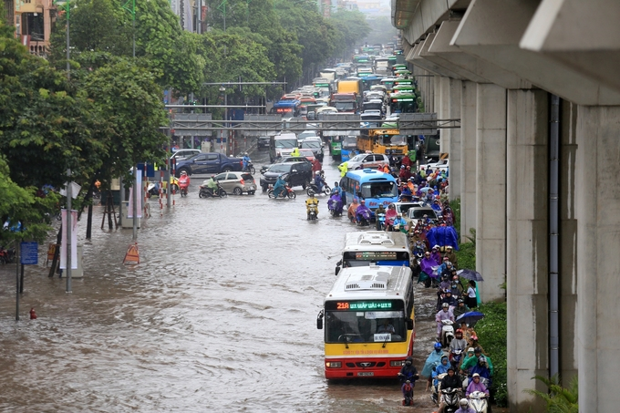 Traffic comes to a halt in Yen Nghia District as vehicles avoid heavily flooded areas.