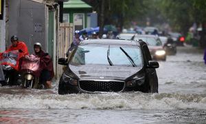 Non-stop rain has Hanoians wading in knee-deep waters