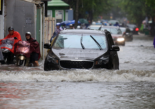 Non-stop rain has Hanoians wading in knee-deep waters