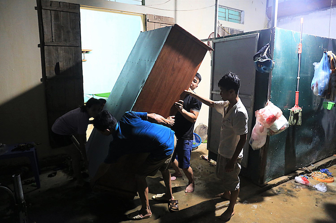Hanoi residents work all night to save their belongings from flooding - 1