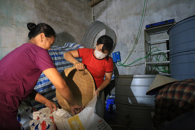 Hanoi residents work all night to save their belongings from flooding - 8