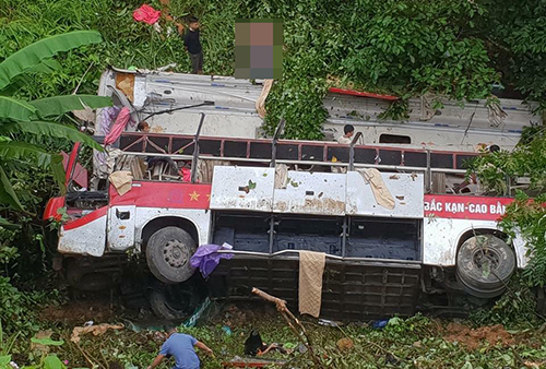 A bus carrying 30 people went off the road plunged off cliff on the way to Cao Bang city in northern Vietnam. Photo by VnExpress/Van Vo