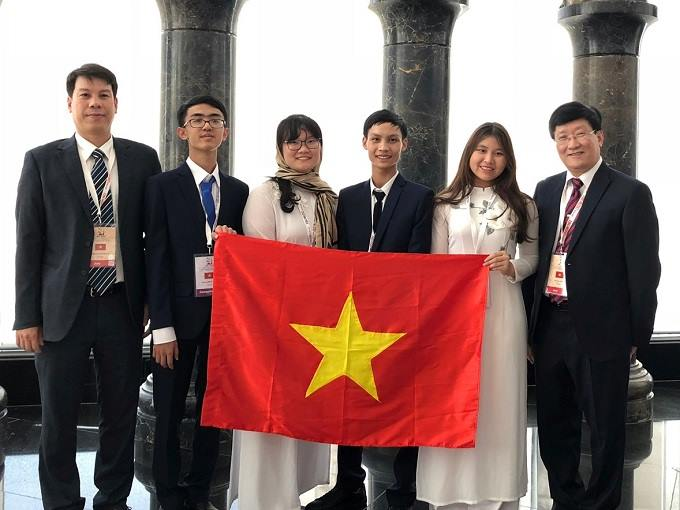 Four Vietnamese students (C) and two education officials at the IBO 2018. Photo courtesy of Vietnams Ministry of Education and Training