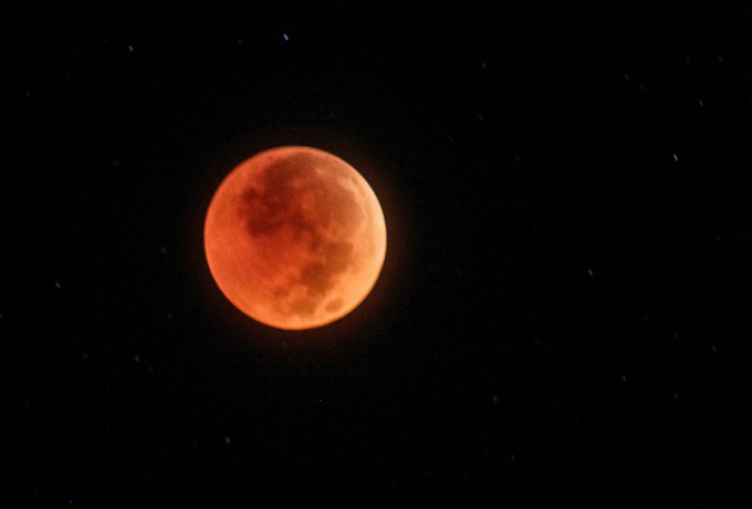 The blood moon reaches the maximum at 3.21 a.m. when the moon is closest to the center of the shadow. Photo by Nhat Minh
