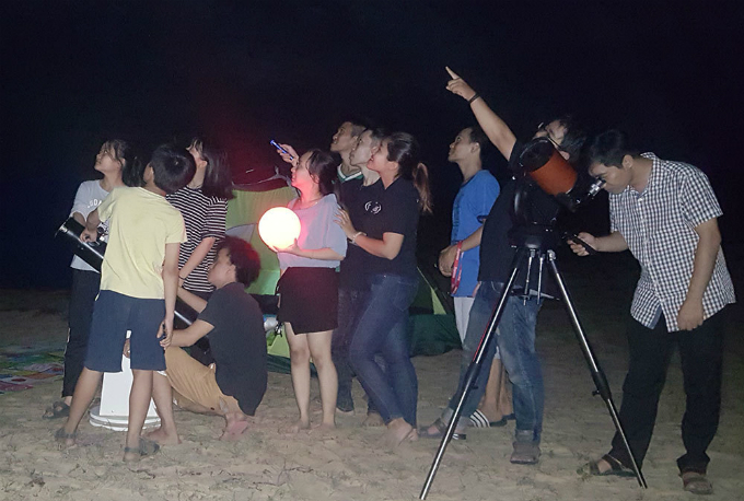 A group of 20 members of the club set up telescopes for the not-to-be-missed event of the year. The eclipse lasted five hours, from 0:14 a.m. to 6:28 a.m., with the total eclipse extending from 2:30 a.m. to 4:13 a.m. in Vietnam. Photo by Tan Phuong