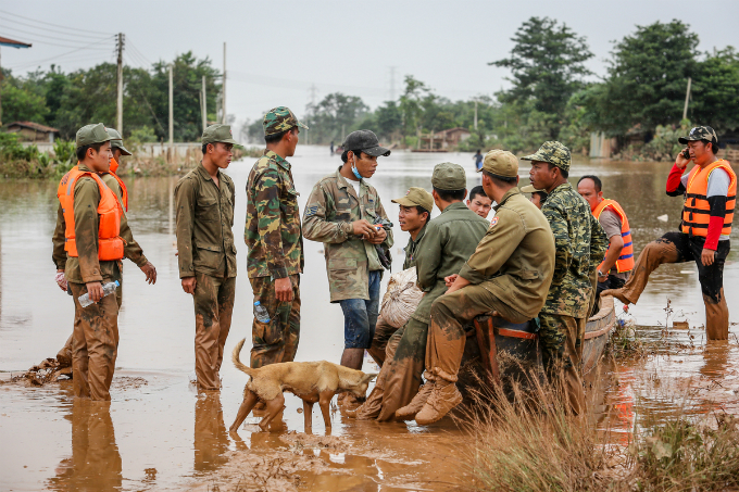Soldiers and rescue teams take a break in the afternoon. Weather stations in Laos have predicted heavy rain and gusty winds in the coming days. Therefore, rescue forces are racing against time to look for those still missing.