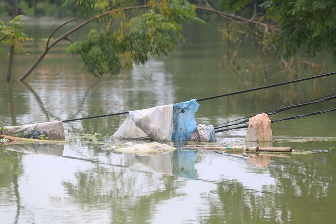 As the rains stop and water recedes, trash floods Hanoi commune - 9