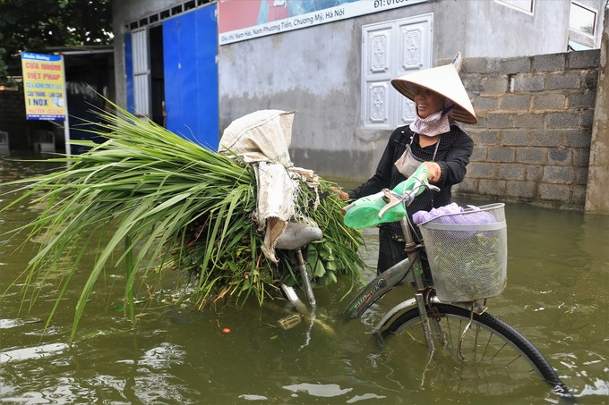 As the rains stop and water recedes, trash floods Hanoi commune - 5