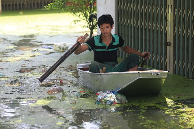 As the rains stop and water recedes, trash floods Hanoi commune - 8