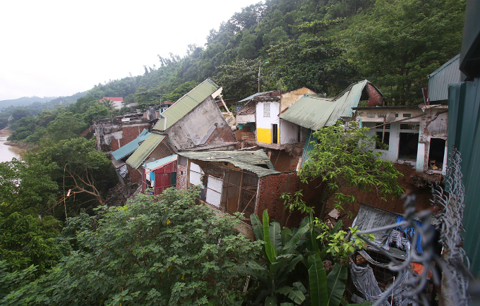 For fear of continued house collapse, local authorities prompted the mass evacuation of families in high risk areas of erosion last night after five houses were half-swallowed by the river. Hundreds of residents in the ward are in a hurry to go back home on Tuesday morning to pick up their belongings, including clothes, household items and valuable things and move to a new temporary shelter.