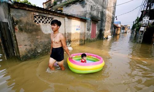 Hanoi considers evacuation of 14,000 households after heavy rains