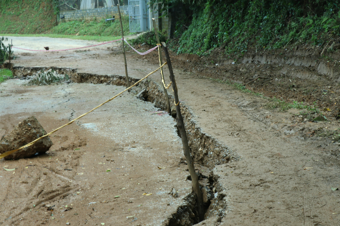 The crack measuring 100 meters long and 20 centimeters wide appeared on the provincial road No.445. Local authorities have warned of potential erosion, which could result in houses in the 300-square-meter area sinking into the Da River at any time.