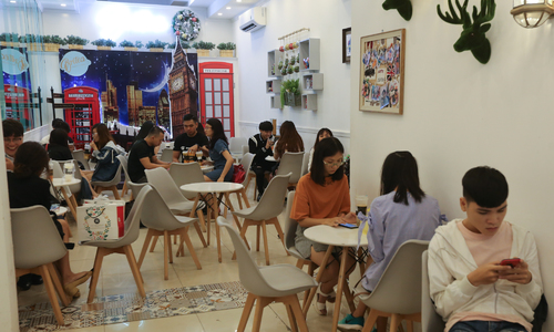 Vietnamese travelers most annoyed by peers' mobile phone addiction