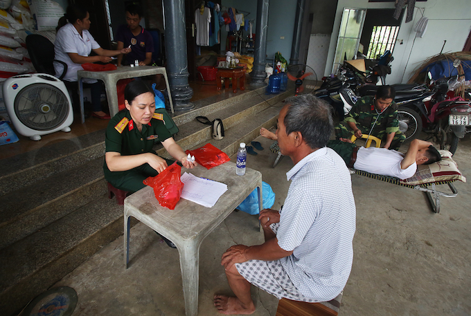 Prolonged flooding leaves Hanoi residents suffering skin diseases