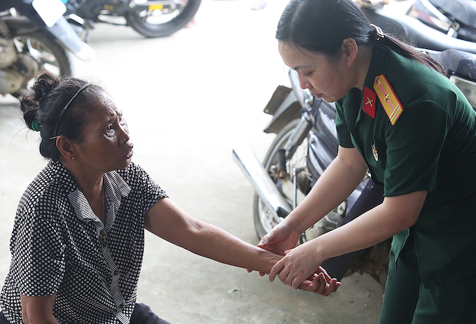 Prolonged flooding leaves Hanoi residents suffering skin diseases - 1