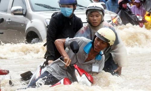 Raging waters, bedlam on streets as rain pummels Dong Nai