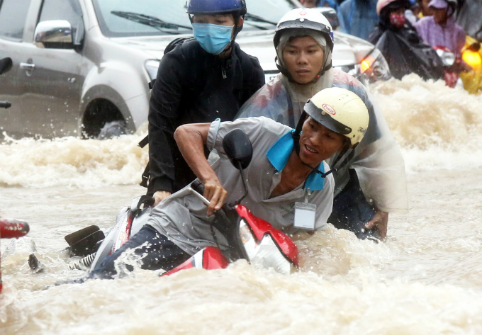 Torrential rains left a part of Bui Van Hoa Street in Bien Hoa Town, an hour drive to northwest of Saigon, under 0.5 meters of water, causing motorbike riders to fall down the street.Rough water washed away my motorbike around 10 meters, but luckily two passers-by tried to retain it, said a worker.