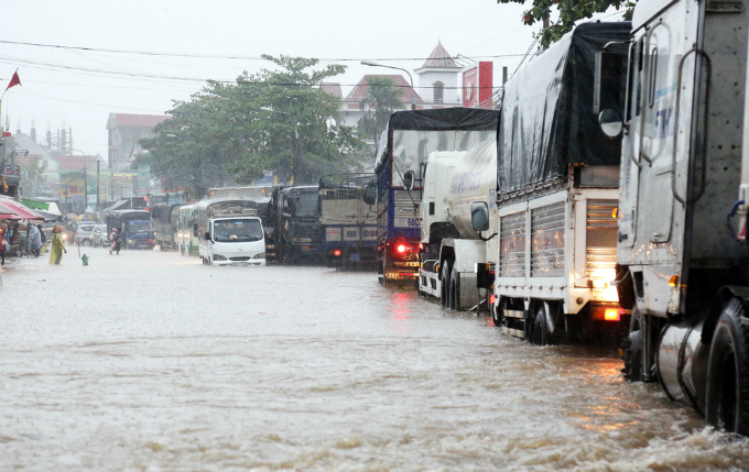 Nguyen Phuoc Huy, director of the provinces Center for Hydrometeorological Forecasting, said the rainfall on Monday was measured at 70 mm, the highest so far this year. Heavy downpour accompanied with gusty winds are forecast to hit Dong Nai Province in the coming days, so local residents have been alerted to prepare for stormy days, Huy said.
