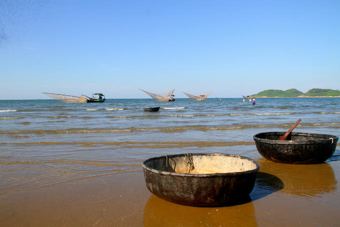 In the evening, villagers at Thach Kim commune of Ha Tinh Province will be using guffa to transfer krill from punt, anchoring at Cua Sot River.