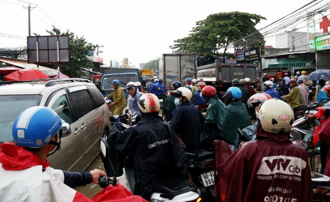 Until 6 p.m., many downtown streets in Bien Hoa still got stuck in heavy traffic jam