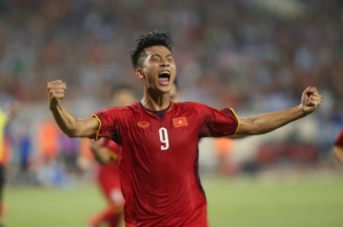 Phan Van Duc celebrates after scoring the equalizer for Vietnam at the exhibition game against Uzbekistan in Hanoi on Tuesday. Photo by VnExpress/Lam Thoa