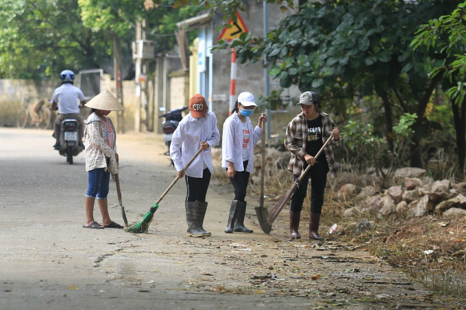 On Wednesday, when flood waters have almost receded, local residents in Nam Phuong Tien Commune in Chuong My District, one hour southwest of Hanois center, rushed to the streets to clean up trash left after the floods. The area was submerged under 1.5 meters of waters when heavy downpours triggered severe floods in many parts of the capital for overthe past of half a month. According to statistics, 830 households were isolated while 647 homes were submerged. The lives of more than 3,000 people have been badly disrupted.