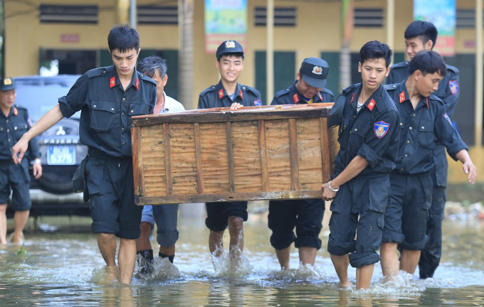 Hundreds of police officers and firefighters were mobilized to the flood-hit area to help local residents move their belongings to old places.