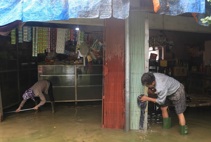 In some hamlets, people had to wake up from early morning and clean up their house when the water levels gradually subside.