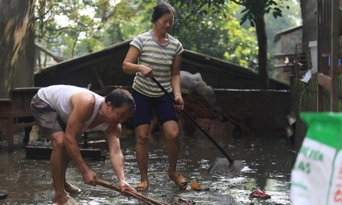 Hanoians clean up trash left behind by prolonged flooding