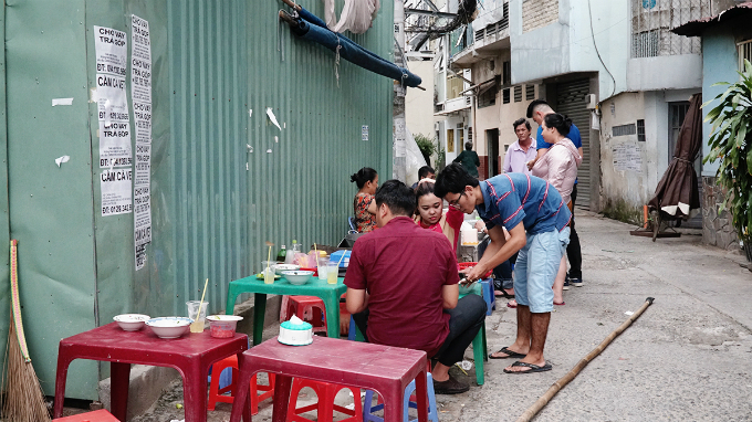 Locating in a small alley on Nguyen Van Nguyen Street in District 1, this venue sell an average of 100 bowls each day.