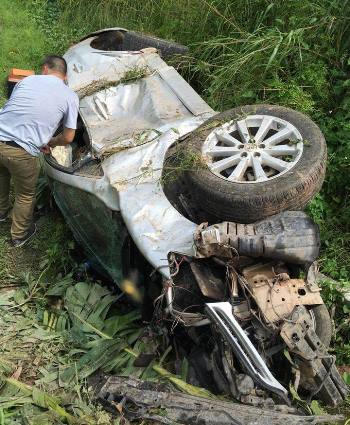 A car that two Chinese robbers stole from a petrol station in Quang Ninh to flee from the police on Tuesday is badly damaged. Photo by VnExpress/B.M.