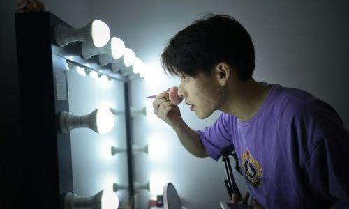 China's new online cosmetics stars: men