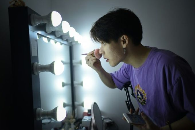 China's new online cosmetics stars: men