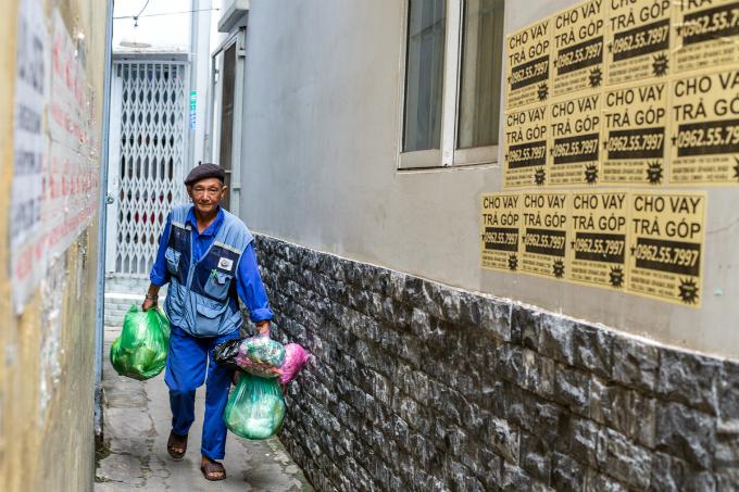 Thom picks up trash on Phan Van Tri Street in District 5.