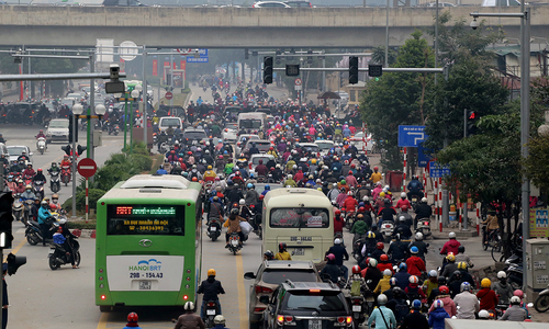 Hanoi asks polluting buses to stay off the roads