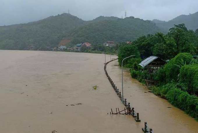 Many districts in Nghe An have suffered heavy rainfall of between 180 to 250 millimeters since Thursday night, leaving many mountainous villages submerged under as much as three meters of water.