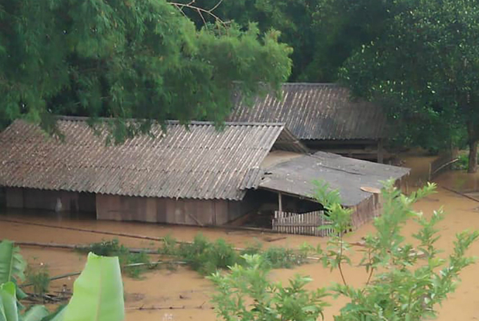 Several houses in Con Cuong District were submerged under three to four meters of water, prompting the emergency evacuation of 100 families.Provincial authorities have asked relevant agencies to take immediate measures to evacuate those most vulnerable to flash floods and landslides.