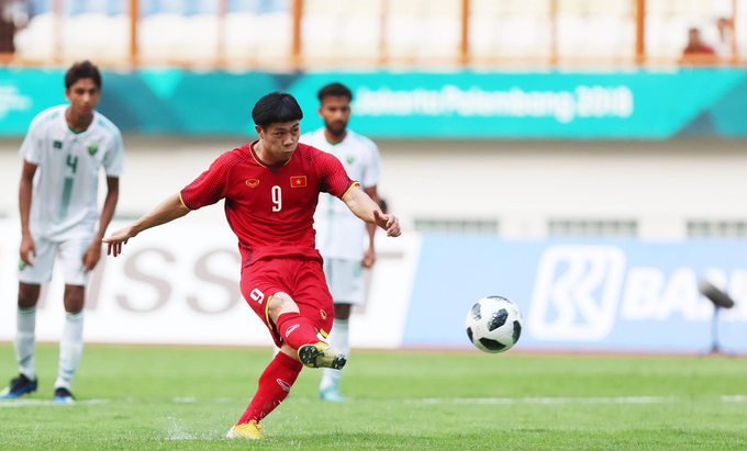 Nguyen Cong Phuong performs a penalty for Vietnam at an Asiad match against Pakistan on August 14. Photo by VnExpress/Lam Dong