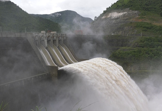 Flooding on Nghe An rivers is being escalated by water discharged from Ban Ve hydropower dam.