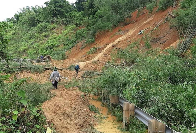 Landslides paralyze traffic on National Highway No.7 through many districts in Nghe An.