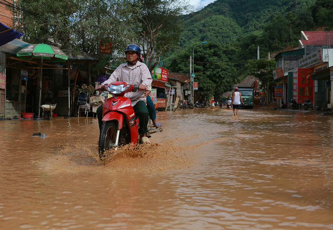 On Saturday, although the floodwaters started receding, many roads leading to Muong Xen, a mountainous town in Kỵ Son District near the Laos border, are still submerged in muddy waters and sludge.