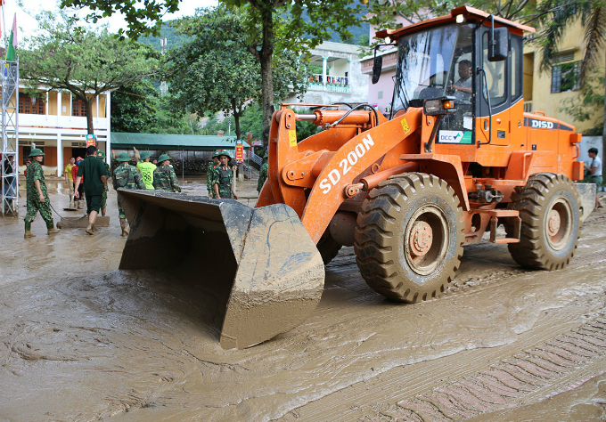 A bulldozer was used to remove mud from the schoolyard and facilitate the clean-up operation.